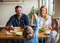 famille heureuse repas